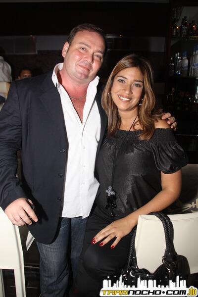 El propietario de Rua`s, Alberto Rodriguez, posando junto a una cliente del bar and lounge