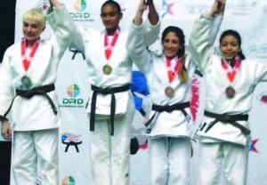 Ana-Rosa-al-centro-recibe-la-medalla-de-oro-en-la-categoría-57-kilos